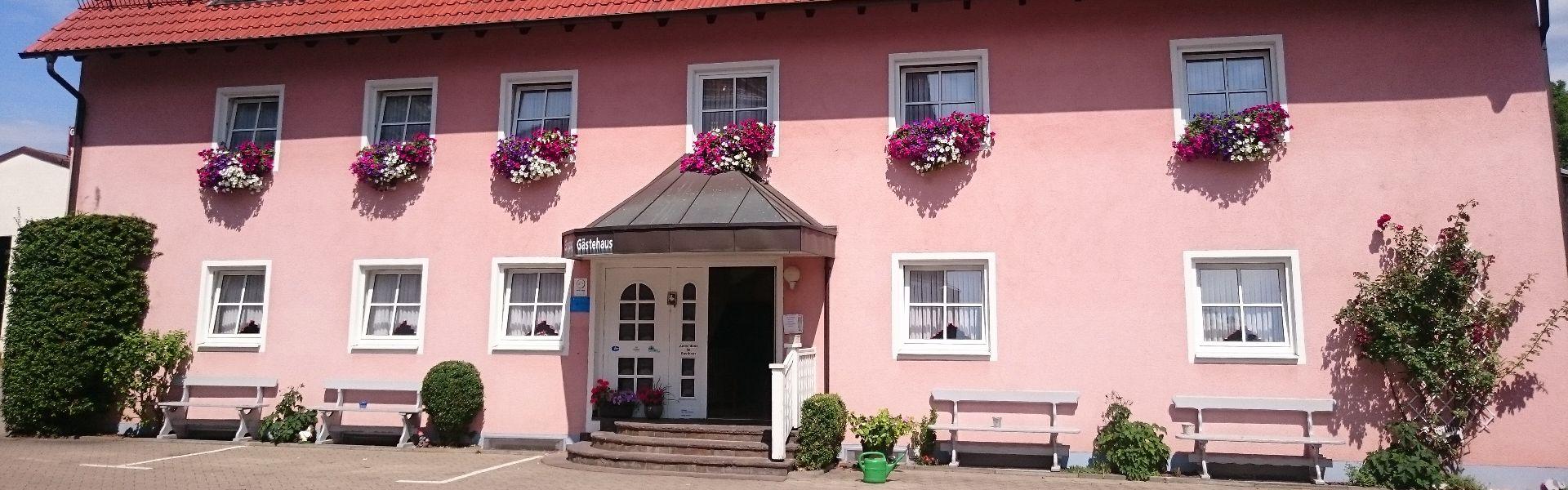 Gästehaus mit 1- bis 4-Bett-Zimmern und Ferienwohnungen